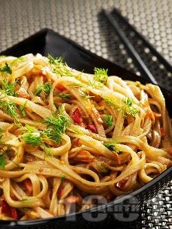 Оризови нудълс спагети с чушки, моркови, бамбук и соев сос на тиган - снимка на рецептата